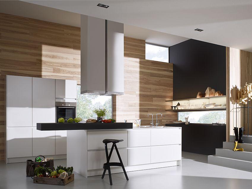 Siematic Kuche Weiss Mit Schwarzem Barboard Und Holzruckwand Kucheneinrichtung Haus Kuchen Kuchenstil
