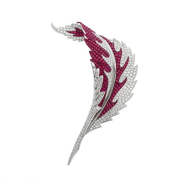 VCA Leaf Clip in white gold, sparkling diamonds and crimped with mysterious set rubies