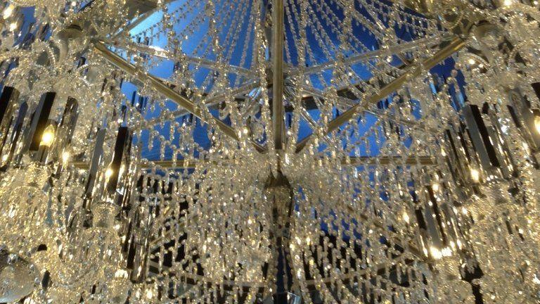 Lun des plus grands lustres en cristal exposé par baccarat