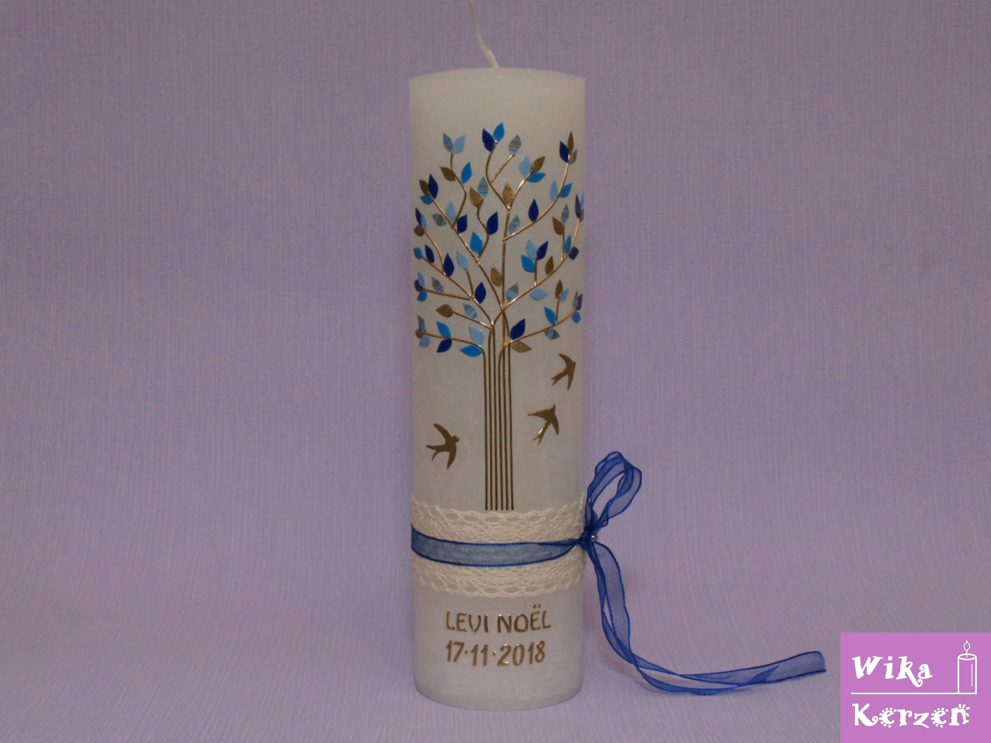 Taufkerze Vintage Lebensbaum Blau Junge Auf Einer Weissen Rustik