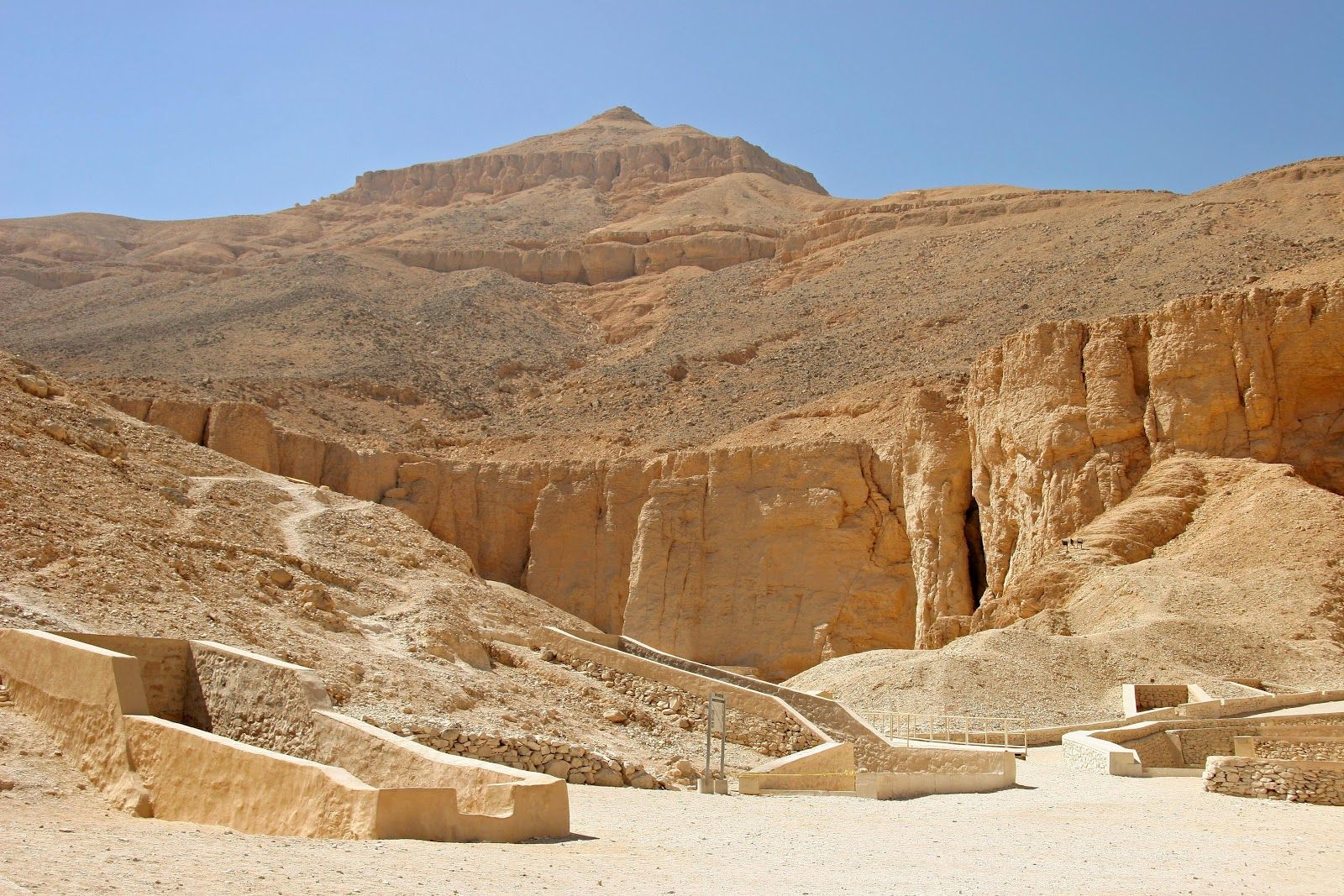 Do You Want To Explore The Top Historical Sites To Visit In Egypt? If you are planning to explore Egypt this year then here are the top historical sites to visit in Egypt and must see Sights in Egypt such as the great Pyramids of Giza and Sphinx with the temples of Luxor and Karnak. For more info click on the link. #BookEgyptTrips #EgyptTours