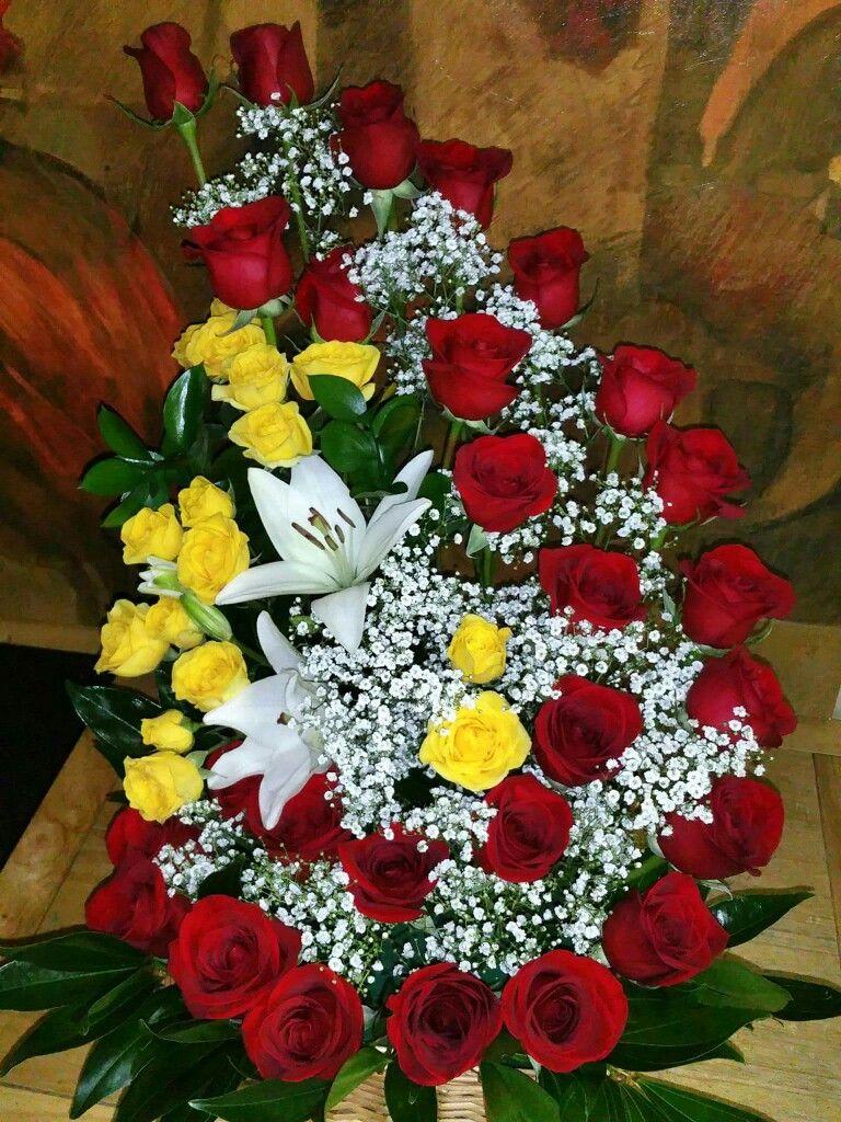 Pin By Blanca Ramirez On Celebrando Flower Arrangements Simple Rose Flower Arrangements Unique Flower Arrangements