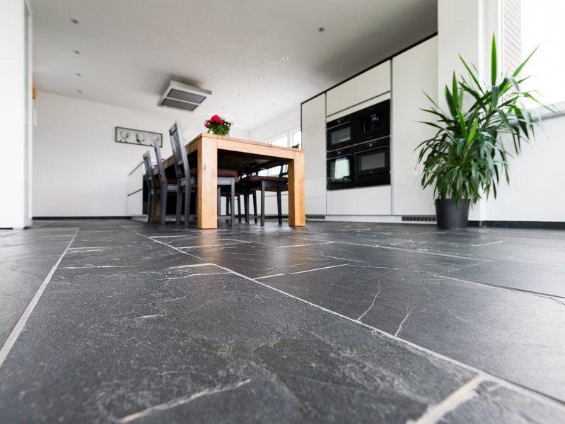 Ganz sicher außergewöhnlich: ein Küchenboden mit Schieferfliesen ...