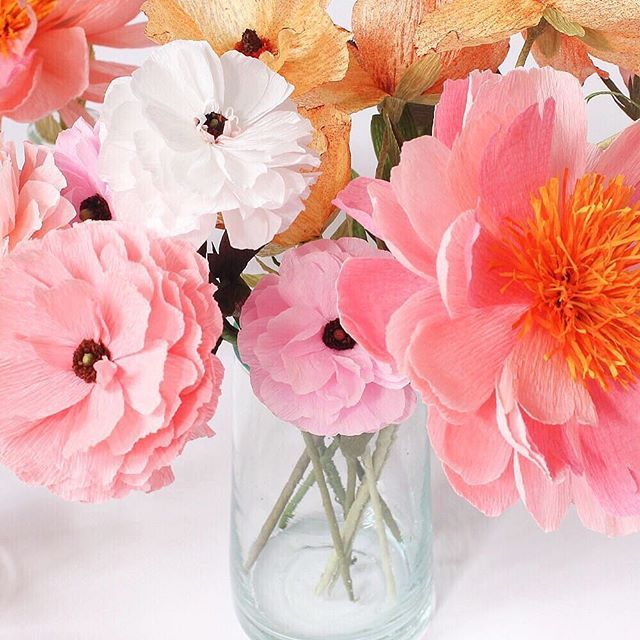 ❤ =^..^= ❤   A gentle mix of flowers for Monday with ranunculus and peonies ✨ #paperflowers