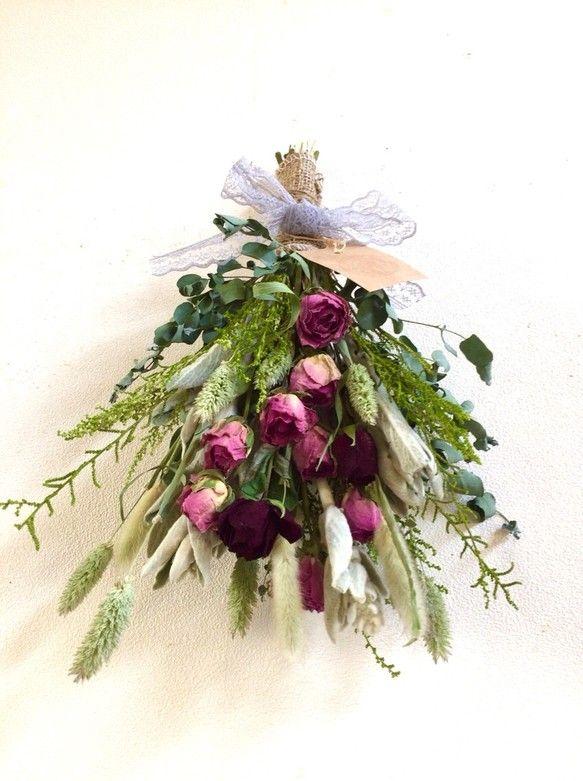 ○ドライフラワー 薔薇のスワッグ  40㎝ピンクとワイン色の薔薇とユーカリ、シルバーリーフ、ラグラス、プリザーブドのなどをふんわり束ねたギフトなどにもおすすめの素敵なスワッグです。○スワッグ  縦約40㎝ドライフラワー薔薇  ピンク、ワインラグラス グリーン、ホワイトグリーンシルバーリーフプリザーブドソリダゴレースリボン☆メッセージなどのお返事が遅くなる場合がございますが、追ってこちらからご連絡させていただきます。よろしくお願い致します。