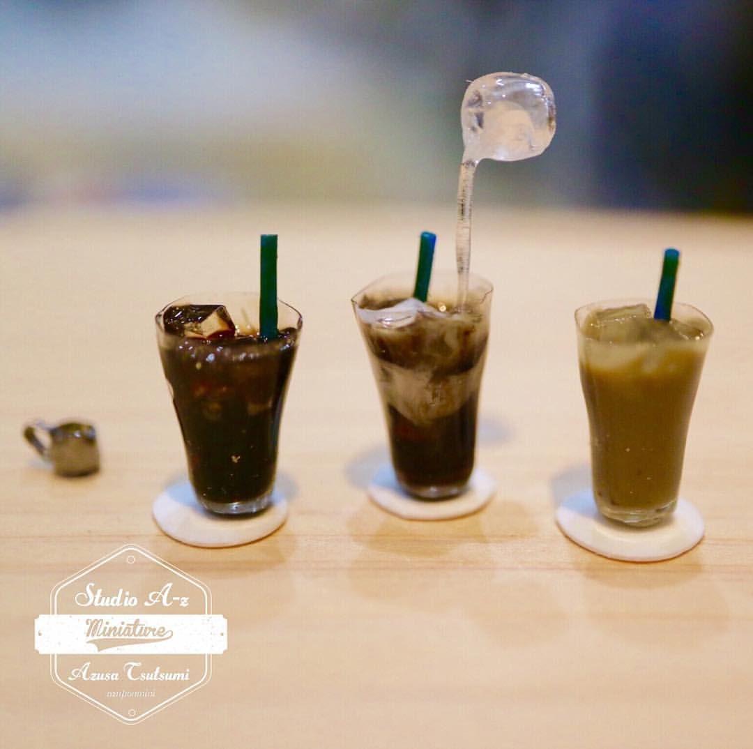 ミニチュアのアイスコーヒー3兄弟 ミルクを注ぎ ガムシロップを注いで飲むのが好きです と言うわけで過程を制作 ガムシロップのピッチャーは うちにあるものがモデルですが 無理に作りました 笑 カフェのドリンクはまだ練習を兼ねて色 Miniature Food