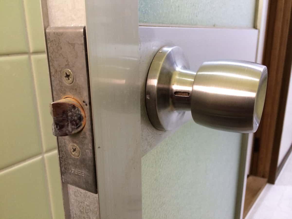 ネジ穴のない古いドアノブの外し方 浴室 扉 古いドアノブ ドアノブ