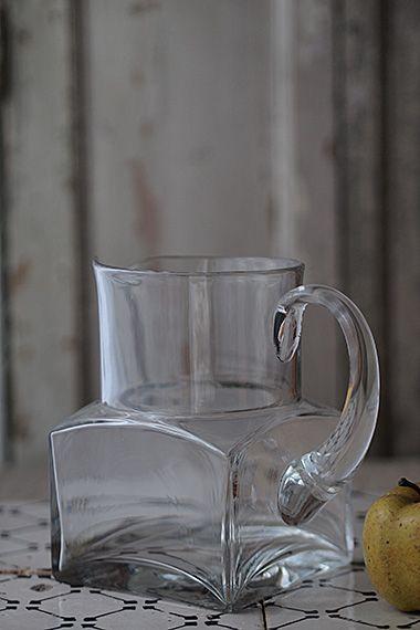 滑らかな透明 向こうを仰ぐ glass pitcher 手吹きガラスと型押しの双方の良いところが組み合わさったマニッシュな姿 モノに見合う重さ は重要なポイントで 持ち手を握ってみたと想像してみて下さい そこそこな重量 でもこちらのお品が軽過ぎては合わない そう思い