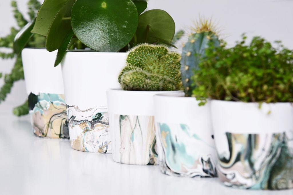 Stylische Blumentöpfe marmorieren mit nagellack ein stylisches blumentopf diy