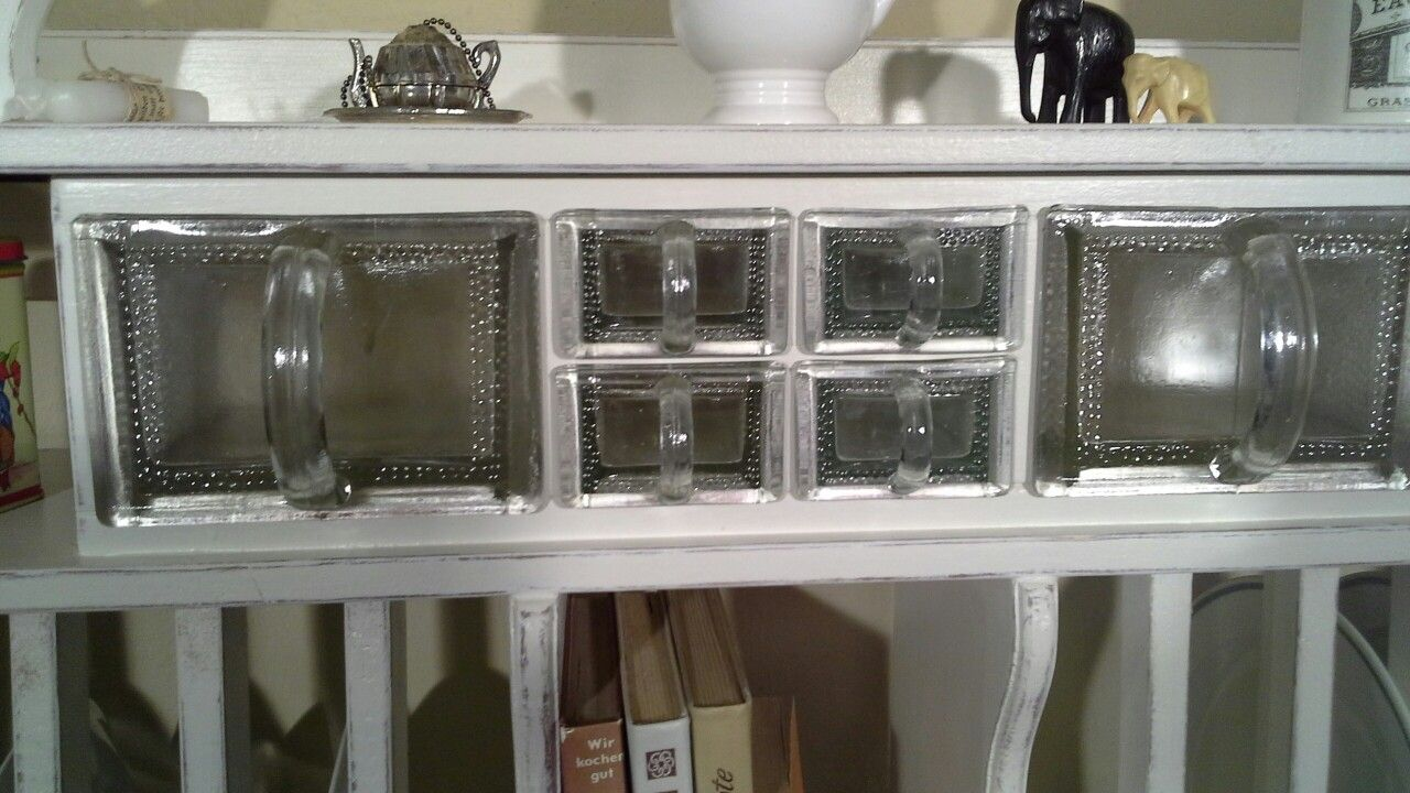Küchenregal antik ~ Etwas seltene glasschütten in einem schönen küchenregal von