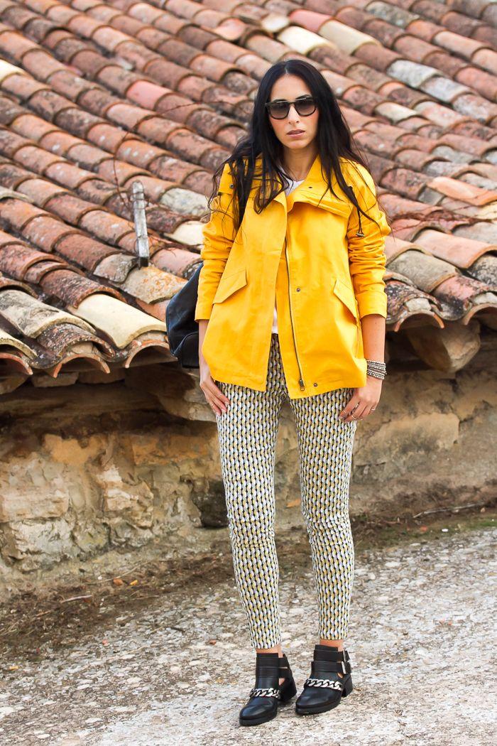 Look casual y comodo con Abrigo Chaqueton Marinero color amarillo y pantalon estampado geometrico