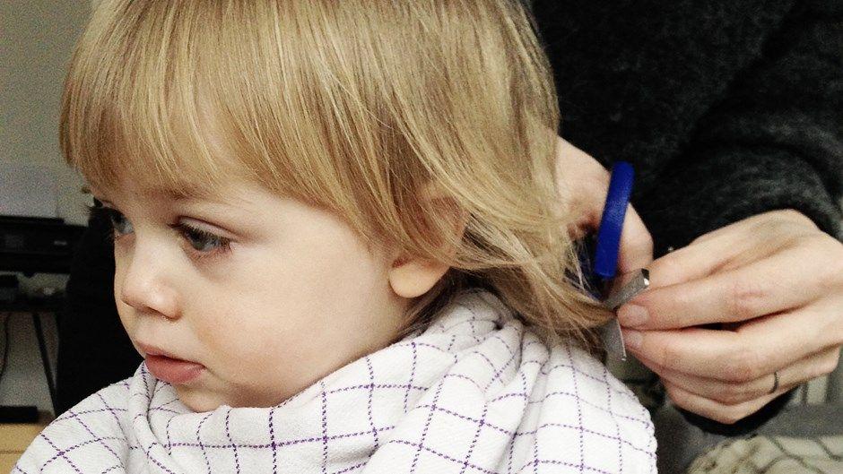 Du kan sagtens klippe dit barn derhjemme. Det kræver ikke mere end en saks, en kam og et barn i sit rette element.