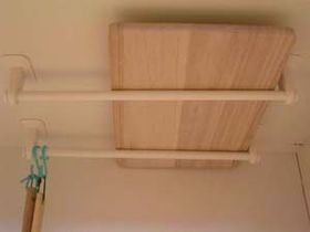 キッチンの天井にまな板収納 100均タオルハンガーの収納アイデアが