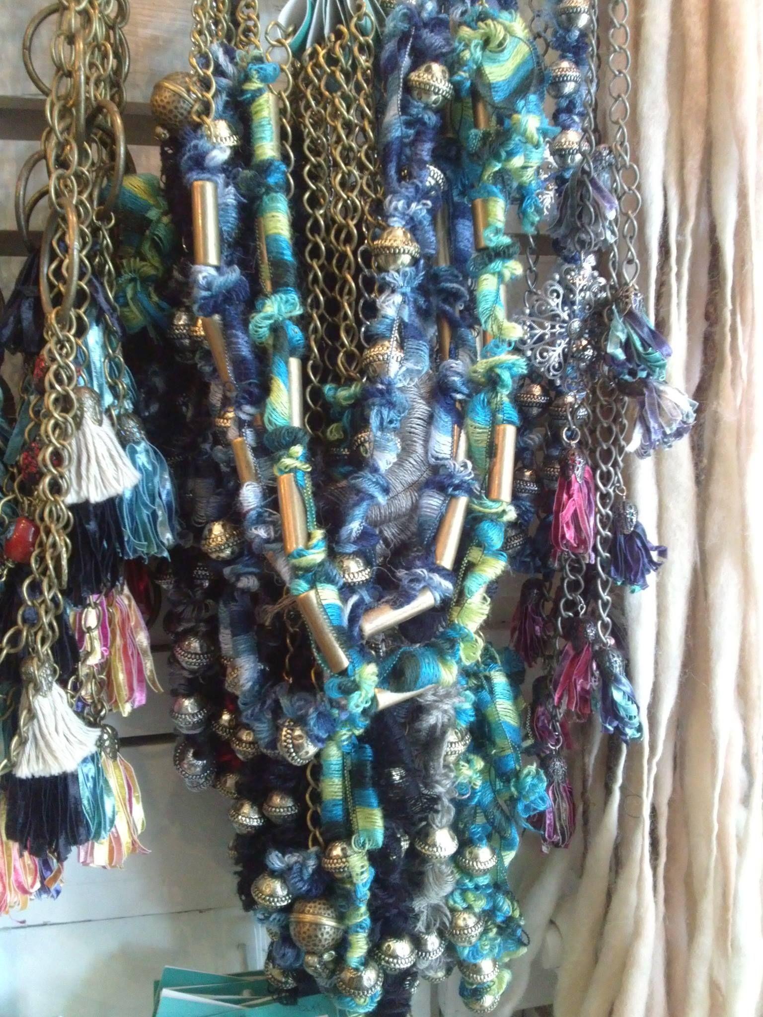 collar de cintas y bolas