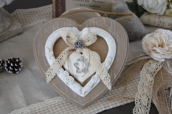 Coeur shabby romantique en bois patiné blanc, fleur en organza grise