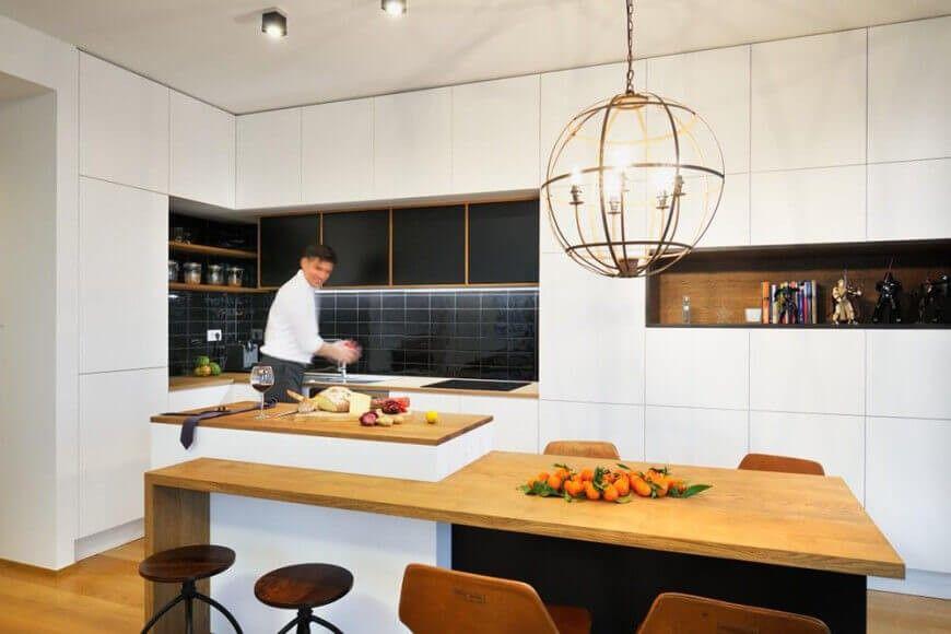 Awesome Die Küche Verfügt über Tiefschwarze U Bahn Fliesen Backsplash Sowie Einem  Reichen Natürlichen Holz Regal Images