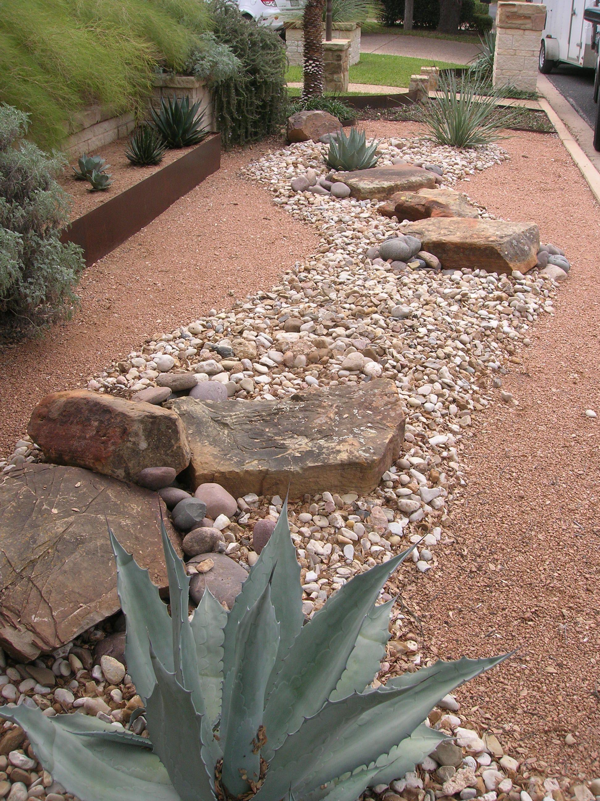 Paisaje con piedras y plantas grasas poco mantenimiento for Jardines con poco mantenimiento