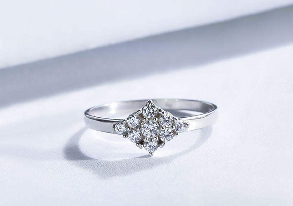 Zásnubní prsten z bílého zlata a devíti diamantů.  klenotacz  klenota   zlatnictvipraha   2d15685dd43