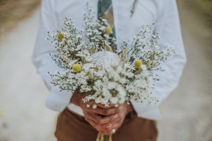 Daisy wedding bouquet | fabmood.com #outdoorwedding #bohemianwedding #wedding #weddingbouquet