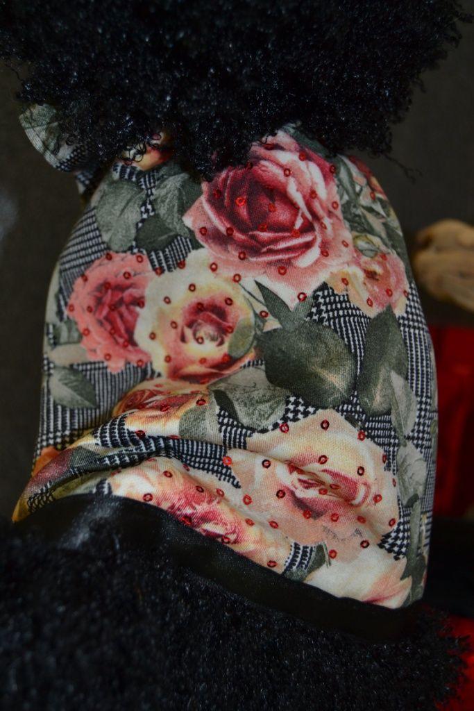 elegante cappottino con collo in pelliccia staccabile, realizzato in pregiato tessuto Principe di Galles reso unico da stampe di rose, arricchito con ricamo di paillettes, rivestito internamente in caldo pile e ornato con pelliccia. disponibile nei modelli per cani taglia SMALL, LONG e GIANT. Per informazione contattatemi al +39 348 3679291, al +39 347 4540271 o inviami una e-mail all'indirizzo info@passionepet.it