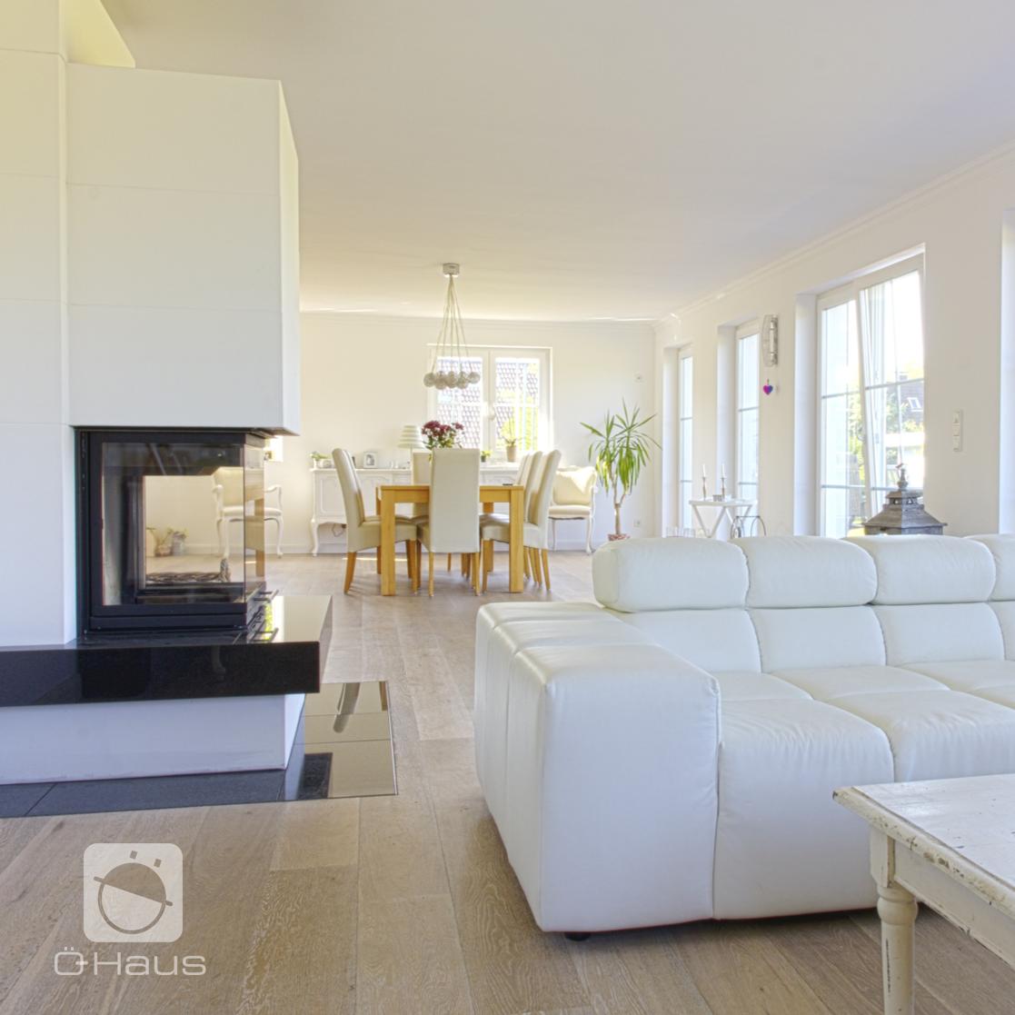 sch nes gro es und lichtdurchflutetes wohnzimmer mit vielen fenstern und modernem kamin. Black Bedroom Furniture Sets. Home Design Ideas