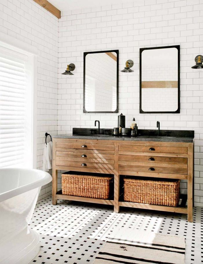 Badezimmer Im Landhausstil, Weiße Fliesen, Zwei Große Spiegel, Holzschränke  Und Rattankörbe