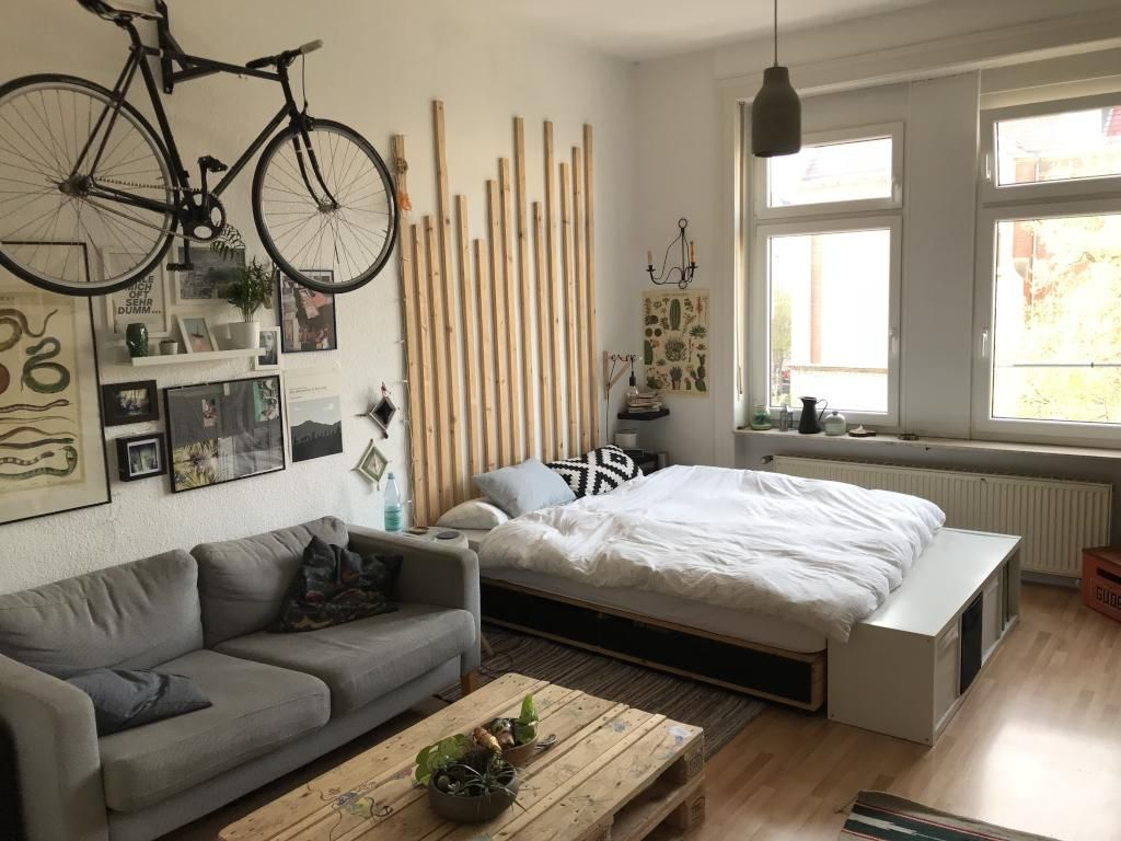 coole einrichtungsidee f rs wg zimmer mit sofa couchtisch bett und fahrrad an der wand diy. Black Bedroom Furniture Sets. Home Design Ideas