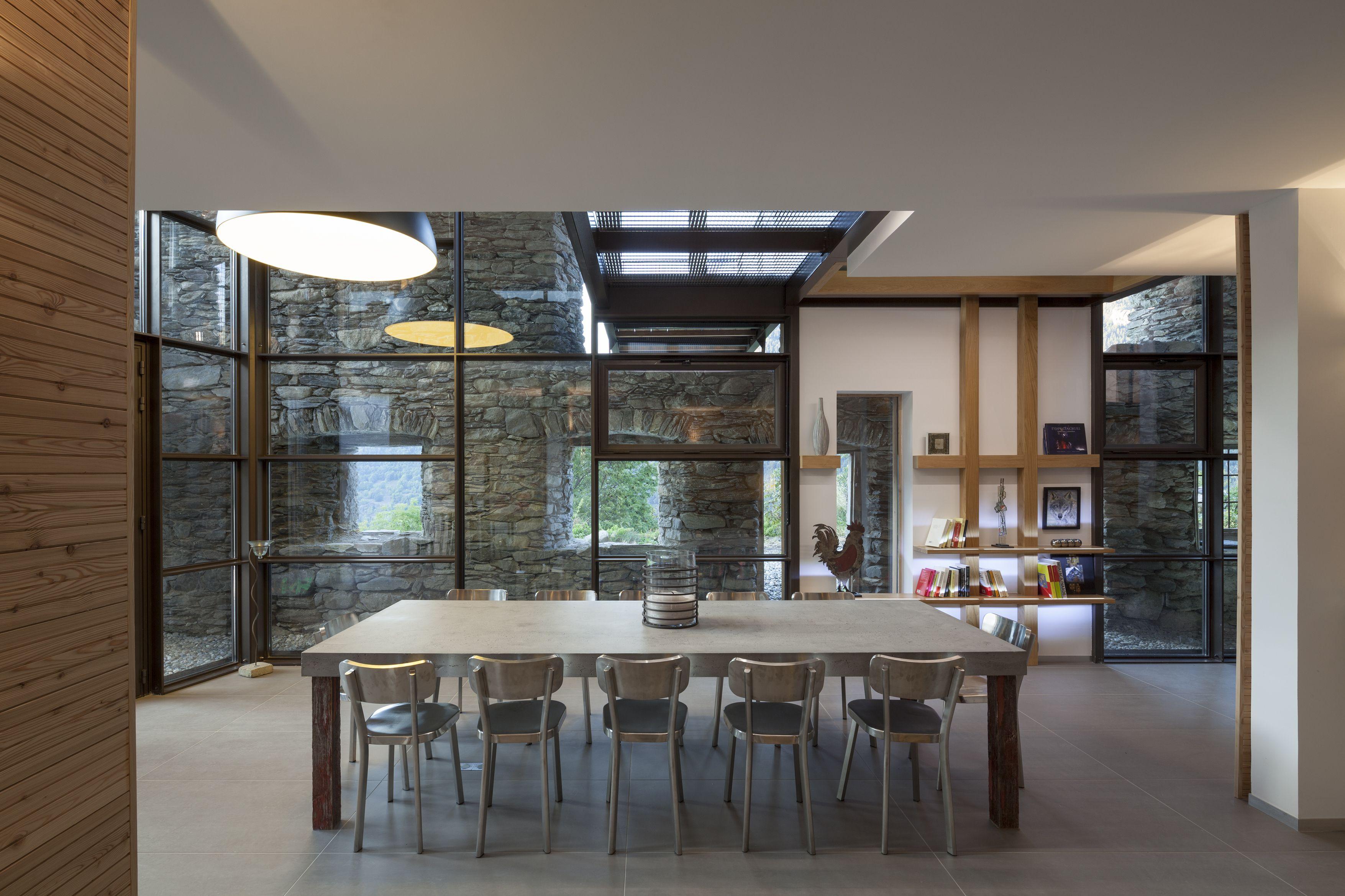 Concrete table - Concrete by LCDA - Mineral Lodge - Archi: C.Girard - Photo N.Borel