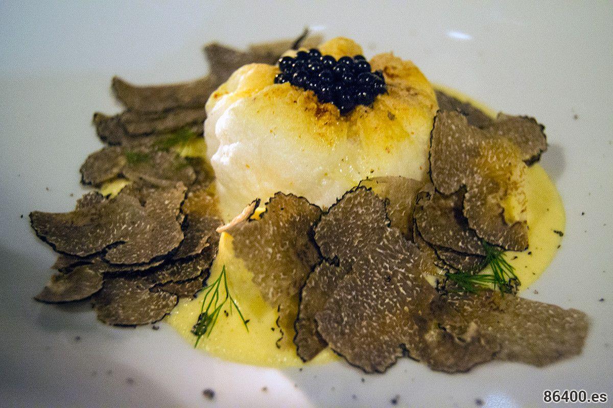 Bacalao Egeo: Bacalao escalfado, fava de Santorini con ajo perfumado, ostras, alcaparras, perlas de mush y granita de lima - Descubrir Santorini