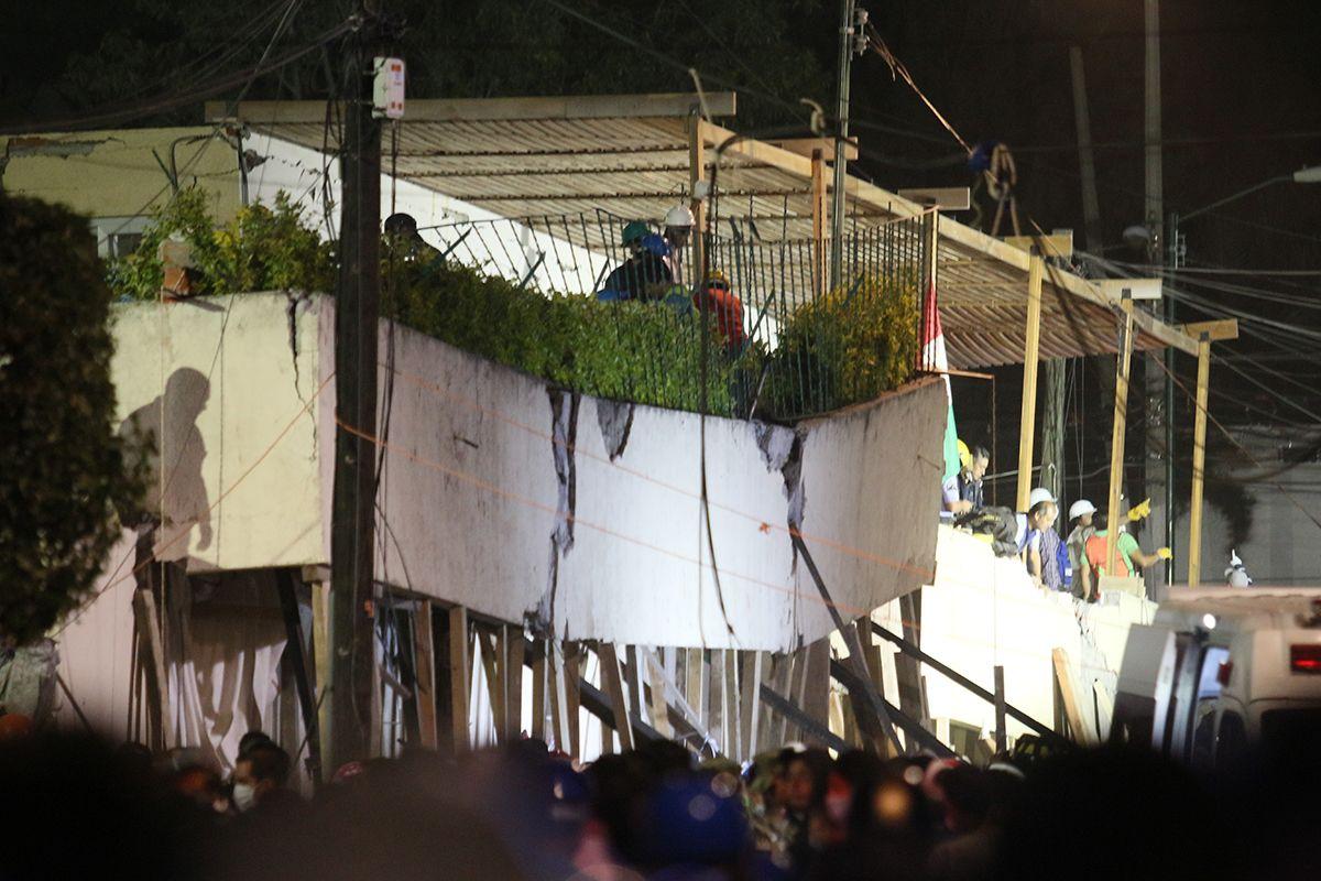Decenas de niños en el colegio Rébsamen textean atrapados entre los escombros - proceso.com.mx