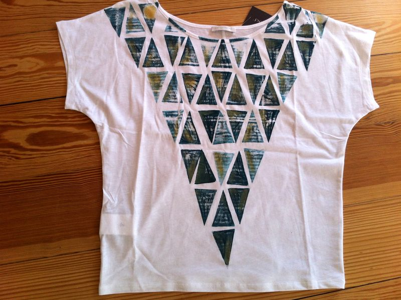 Girl Tee painted with Petrol triangles with a Golden touch.