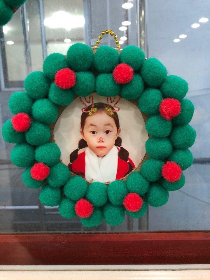 겨울환경판 12월 귀여운 크리스마스 리스 액자로 환경판 꾸미기 네이버 블로그 크리스마스 카드 크리스마스 리스 크리스마스 소품 만들기