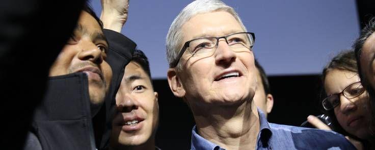 2016 blev et dårligt år for Apple rent salgsmæssigt. Virksomhedens direktør måtte se sin rene løn falde til 9 mio. dollars, men nød til gengæld godt af en enorm aktiegevinst på 136 mio. dollars.