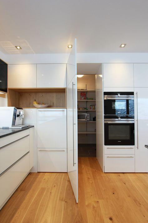 """Begehbare """"Speis"""" versteckte Vorratskammerlösung versteckt hinter einer Küchen #kitchenpantrydesign"""