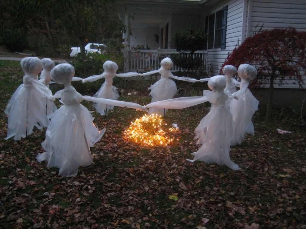 20 Easy (And Cheap!) DIY Outdoor Halloween Decoration Ideas - outdoor halloween decorating ideas