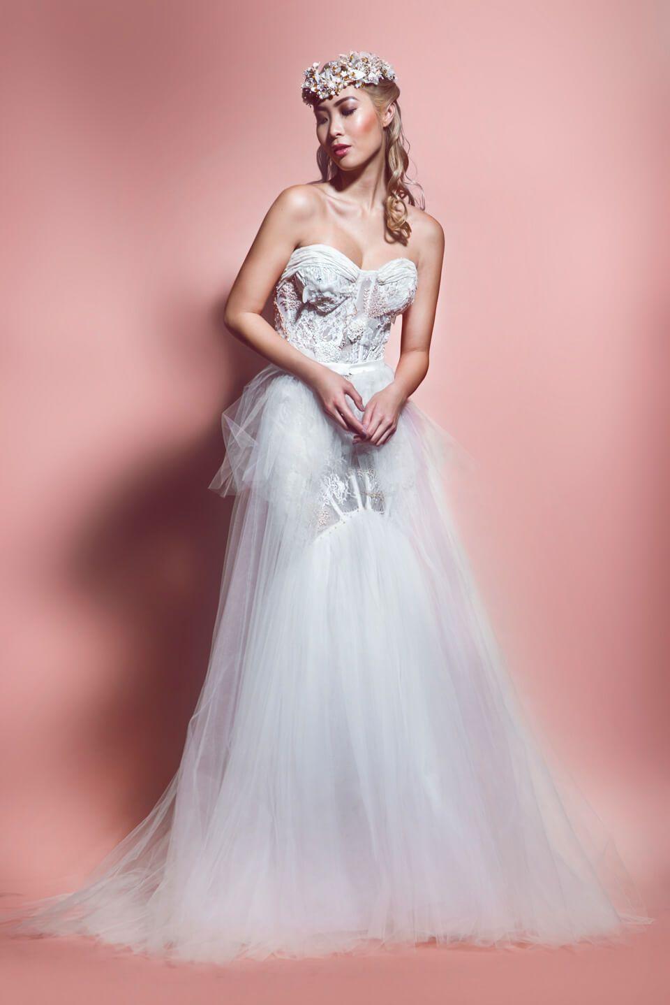 Naya Un hermoso vestido strapless, de encaje chantilly, drapeado en ...