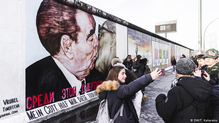 After The Fall Of The Berlin Wall Artists From All Over The World Came To Berlin And Painted A 1 3 Kilometer Long 4 265 Ft In 2020 Berlin Museum Island Berlin Wall