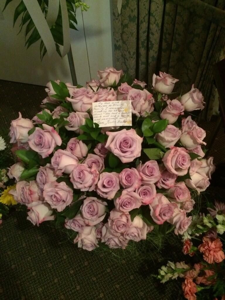 Justin bieber sends roses messages and crown ollg to belieber