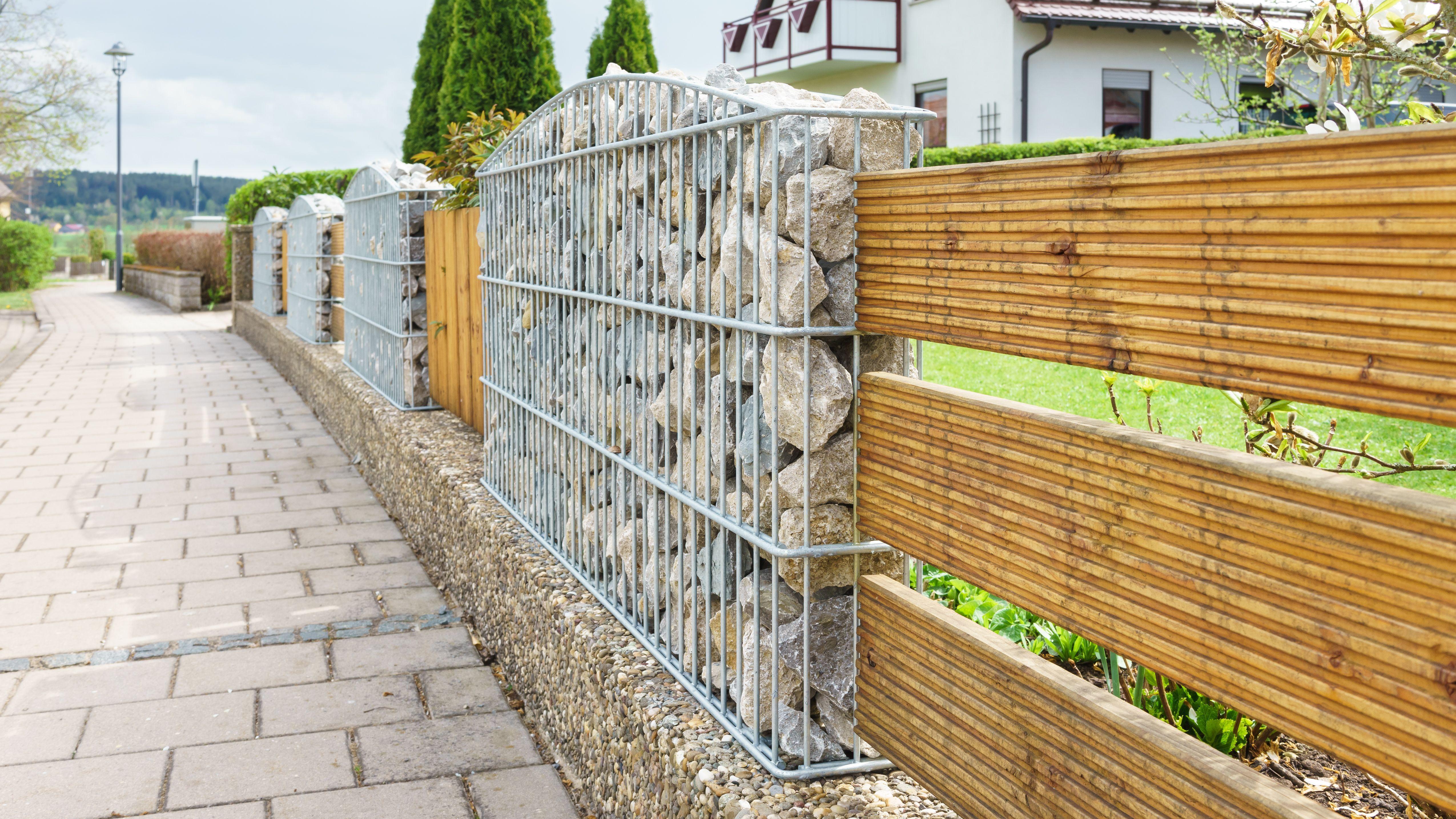16 Gartenzaun Holz Und Stein Garten Gestaltung Gartengestaltung Gartenstuhl In 2020 Gabionenwand Zen Garten Gartenzaun