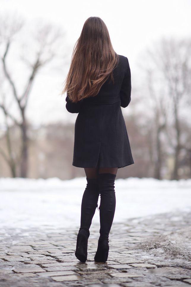 Czarny Plaszcz Zielona Obcisla Sukienka I Zamszowe Dlugie Kozaki Na Obcasie Fashion Tights Fashion Pantyhose Outfits