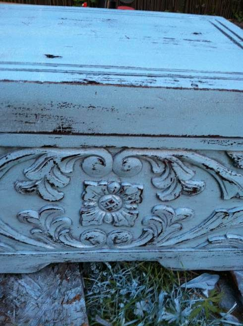 How to age a piece of furniture and get those amazing crackle finishes! Spraypaint, tealights, sanding block and sealer are all you need for this amazing distressed look!