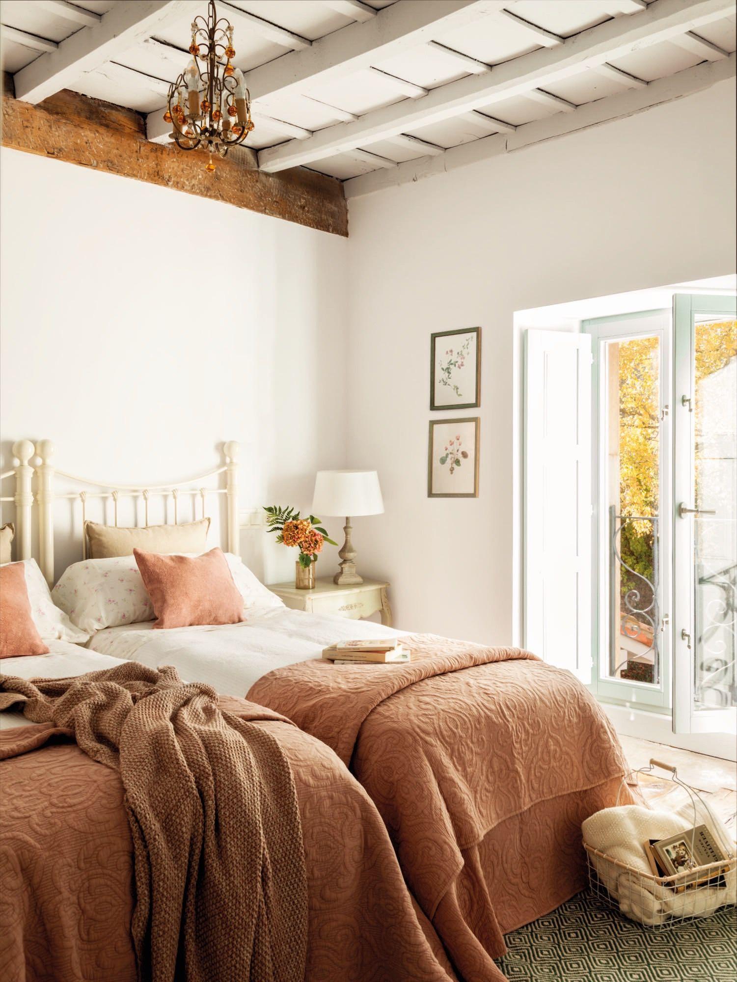 dormitorio con dos camas en rosa de una casa rustica | Pinterest ...