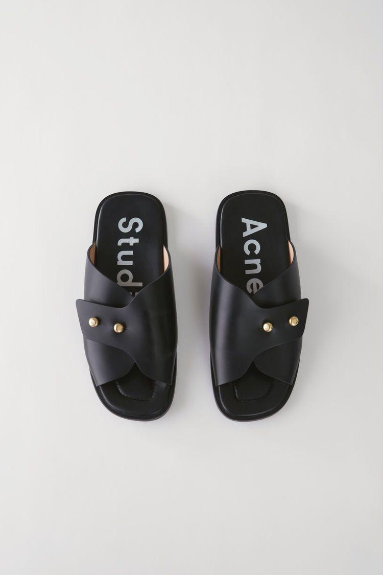 473cb91d53e9 Acne Studios Jillay noir sont des sandales en cuir façon mules ...