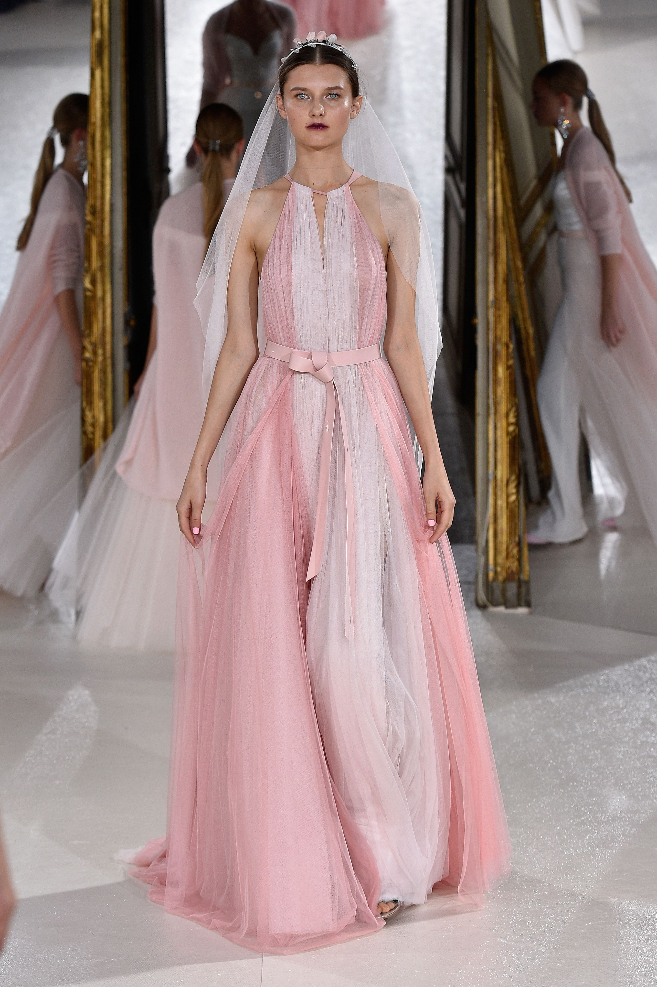 Weiße Brautkleider sind out – 2018 heiraten wir in DIESER Farbe ...