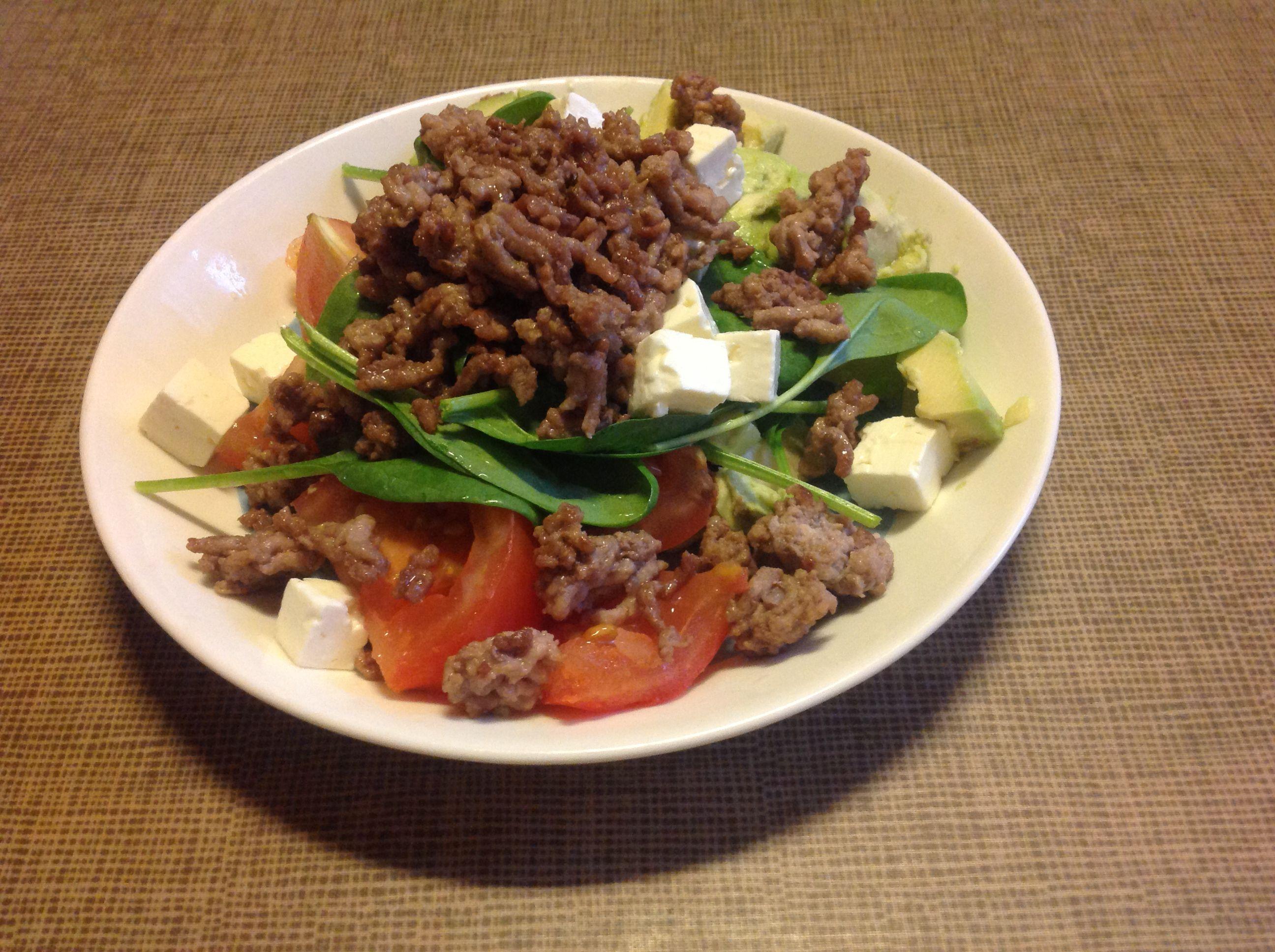 Avokadoa, baby pinaattia, tomaattia, fetaa, jauhelihaa, sitruunaoliiviöljyä ja mustapippuria.