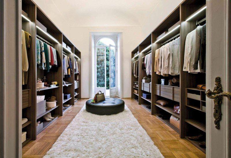 Begehbarer Kleiderschrank mit Stauraum für Hemde und Blusen ...