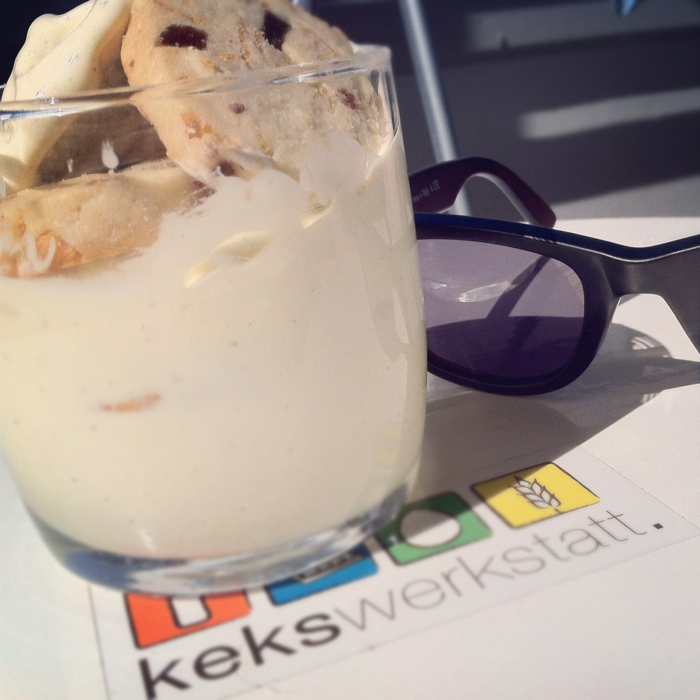 wenn die #sonne dann doch mal rauskommt, sind wir vorbereitet! mit #vanilleeis und leckeren #keksen als topping! ach und #sonnenbrille natürlich :)