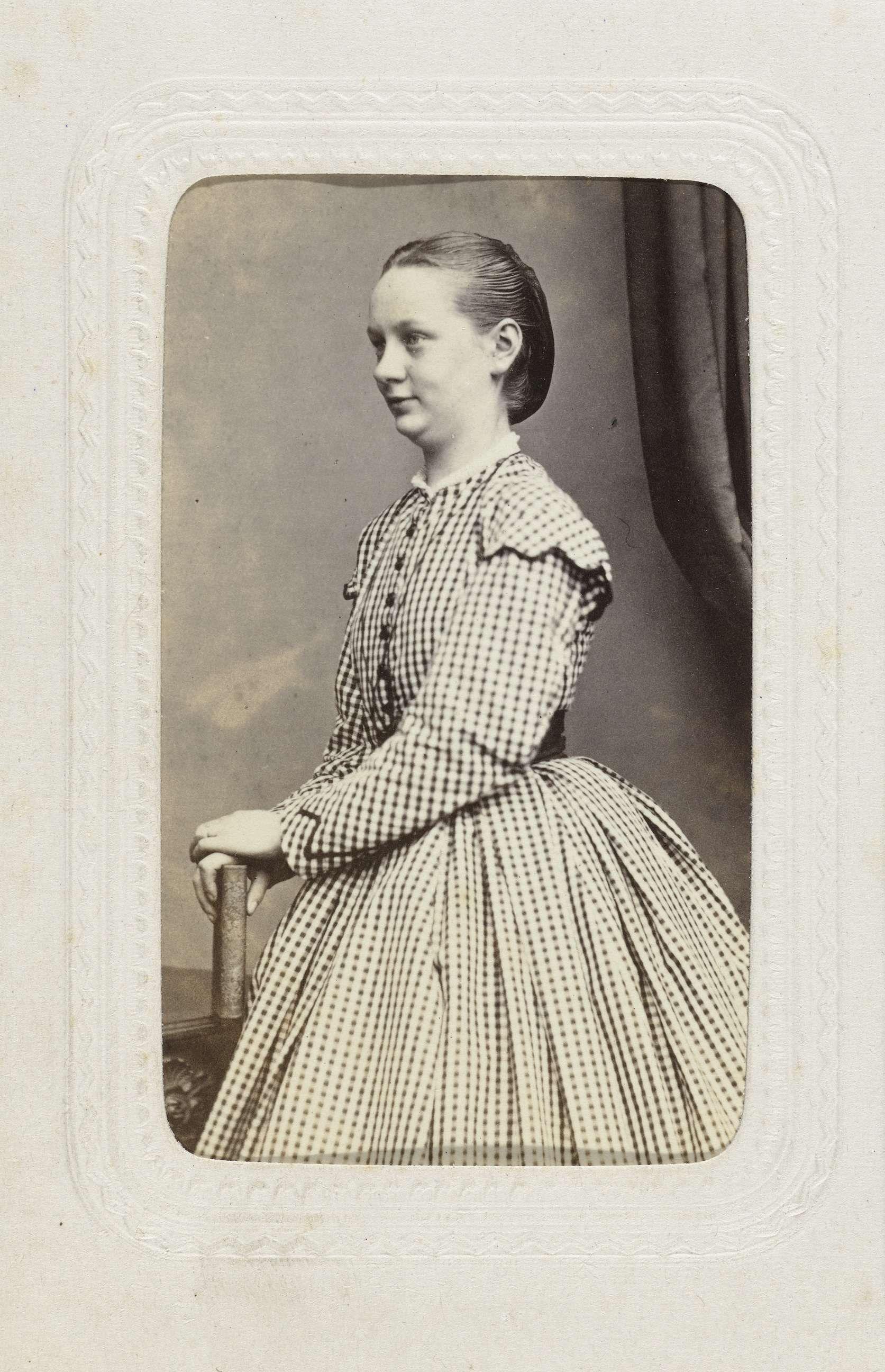61857b83bd300b Studioportret van een vrouw in ruitjesjurk