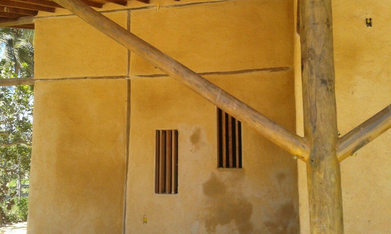 Casa de taipa sendo rebocada