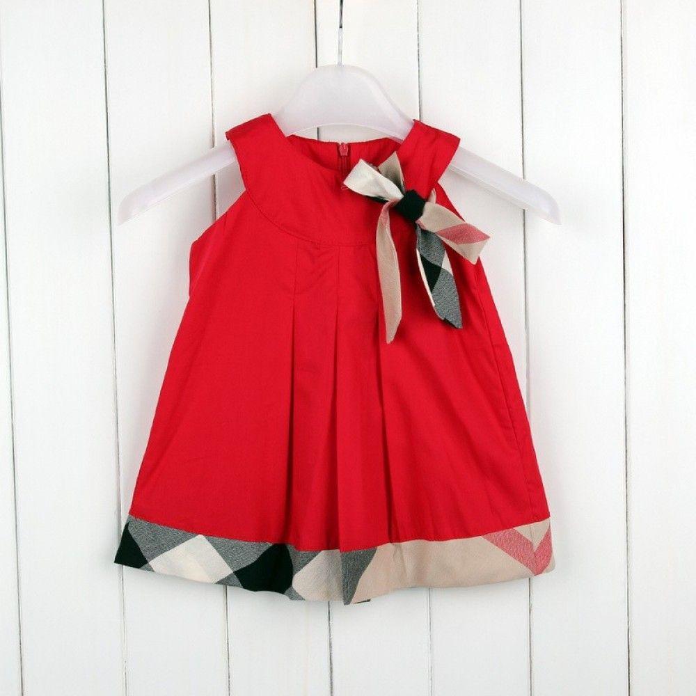 Prachtig rood baby jurkje met van de bekende ruit rand onderaan.